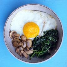 Garlicky Spinach and Mushroom Breakfast Oatmeal Bowls
